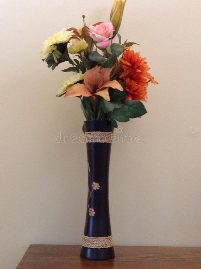 Bloemen in vaas royalty-vrije stock afbeeldingen