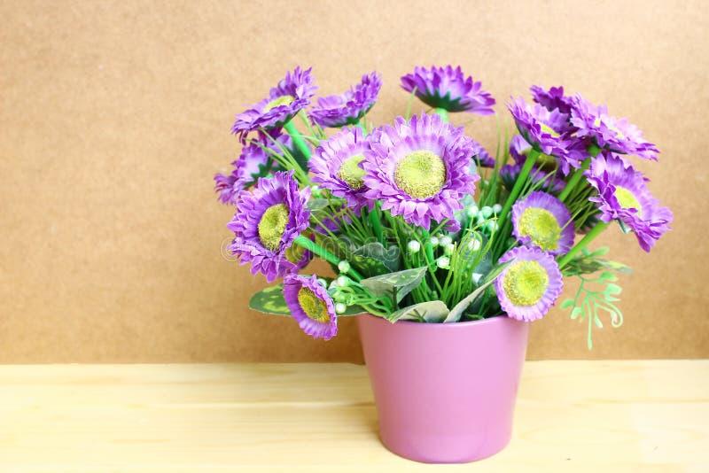 Bloemen in vaas op houten lijst en exemplaarruimte stock afbeelding