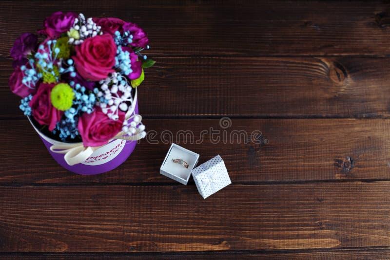 Download Bloemen Van De Ring Op Een Houten Achtergrond Hoogste Mening Concepti Stock Foto - Afbeelding bestaande uit gift, kaart: 107704766