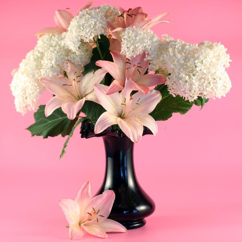 Bloemen van lelie en hydrangea hortensia stock foto