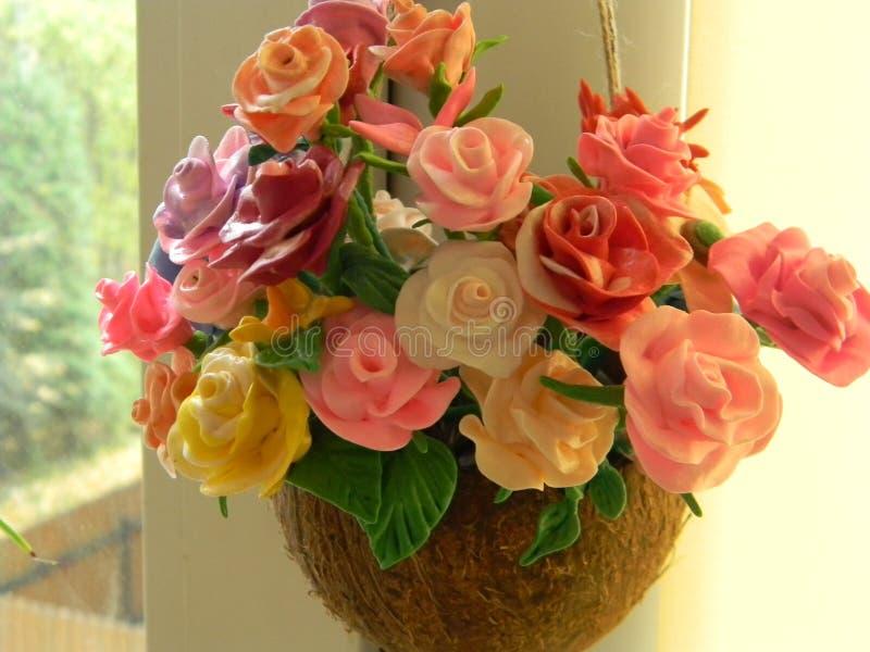 bloemen van polymeerklei die worden gemaakt stock afbeeldingen