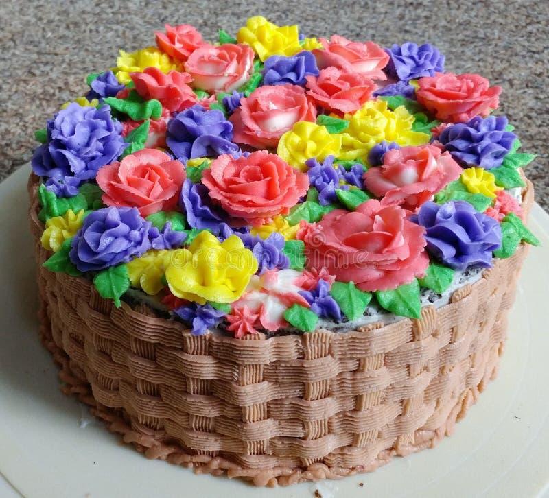 Bloemen Verfraaide Cake met Mandweefsel het Berijpen royalty-vrije stock foto's