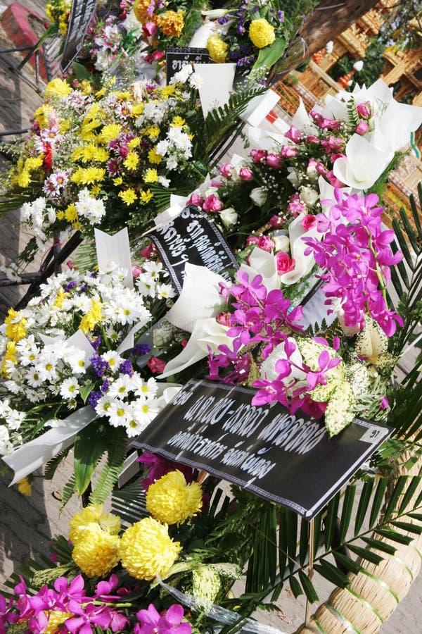 Bloemen verlaten door rouwdragers stock fotografie