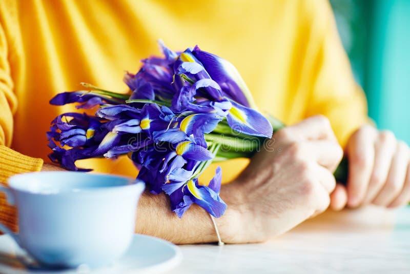 Bloemen voor Eerste Datum in Koffie stock fotografie