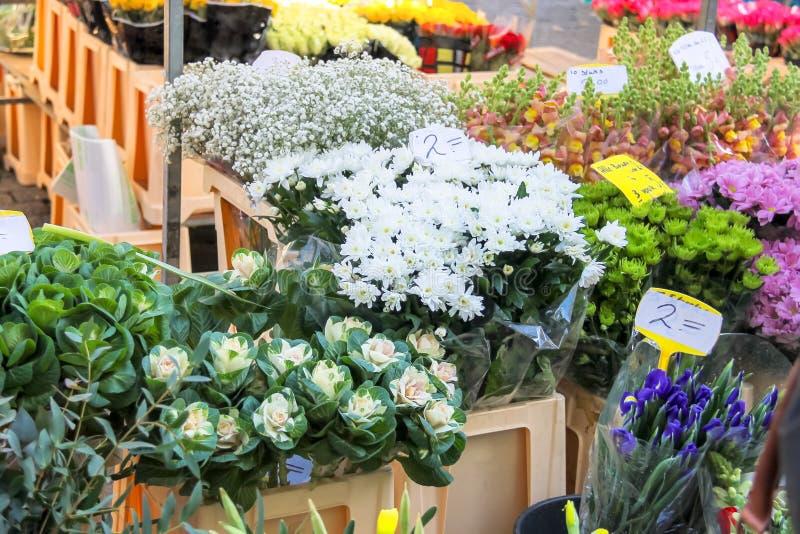 Bloemen voor verkoop bij een Nederlandse bloemmarkt stock afbeeldingen