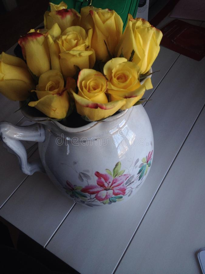 Bloemen in waterkruik stock afbeelding