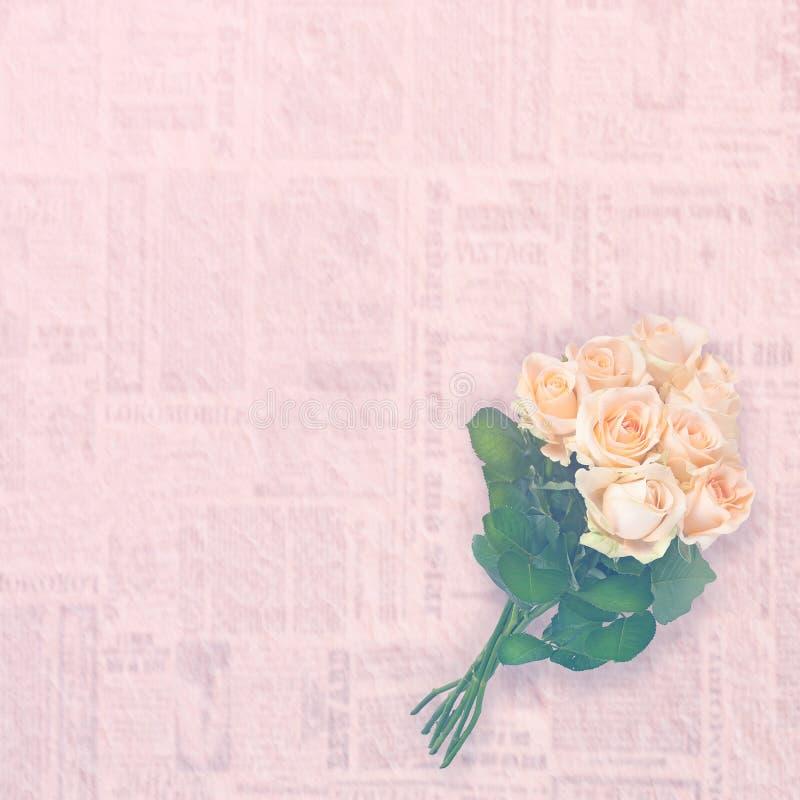Bloemenachtergrond: rozenboeket over uitstekend document wordt geïsoleerd dat De ruimte van het exemplaar royalty-vrije stock foto