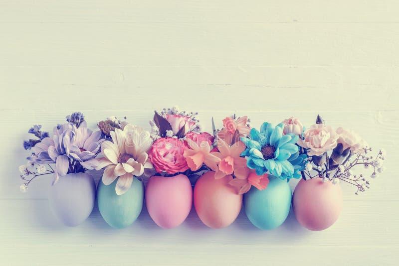 Bloemenbloemen in een eierschaal stock foto's