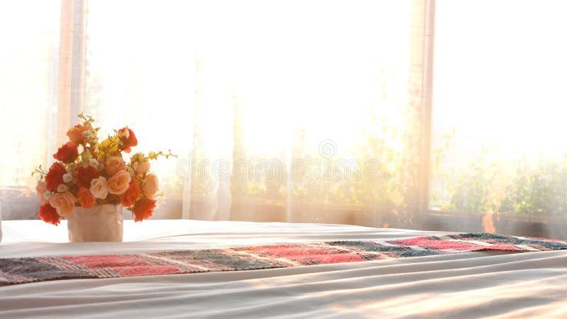 Bloemenboeket op bed wordt geplaatst dat stock afbeeldingen