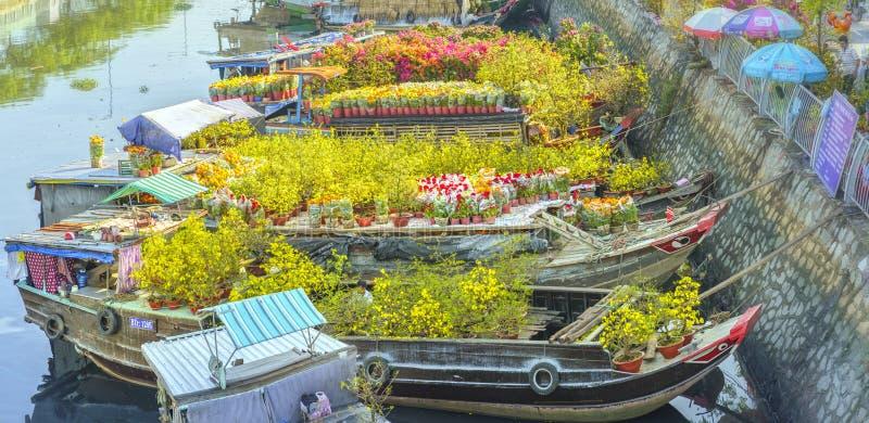 Bloemenboten bij bloemmarkt langs kanaalwerf stock fotografie
