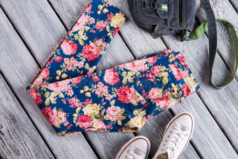 Bloemenbroeken met denimbeurs stock afbeelding