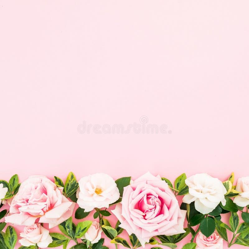 Bloemenkader met rozen en bladeren op roze achtergrond Vlak leg, hoogste mening De samenstelling van de valentijnskaartendag royalty-vrije stock foto's