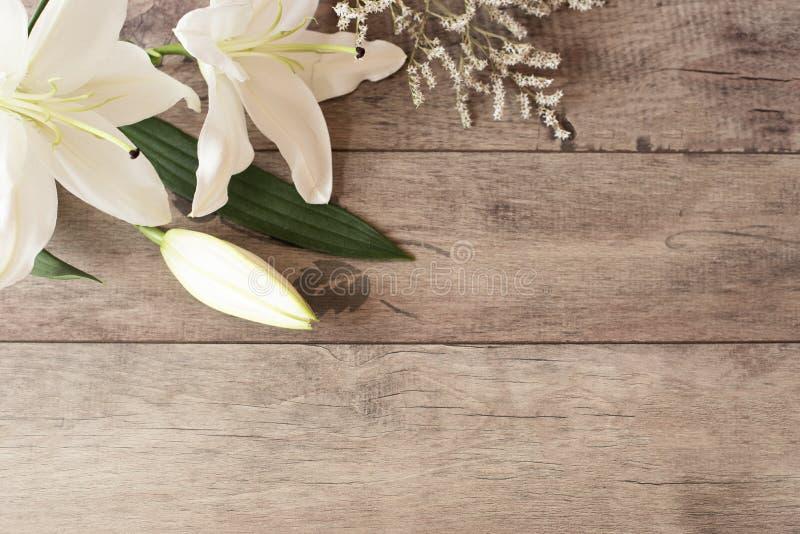 Bloemenkader met witte calla, lelies op houten achtergrond Gestileerde marketing fotografie De ruimte van het exemplaar Huwelijk, royalty-vrije stock foto