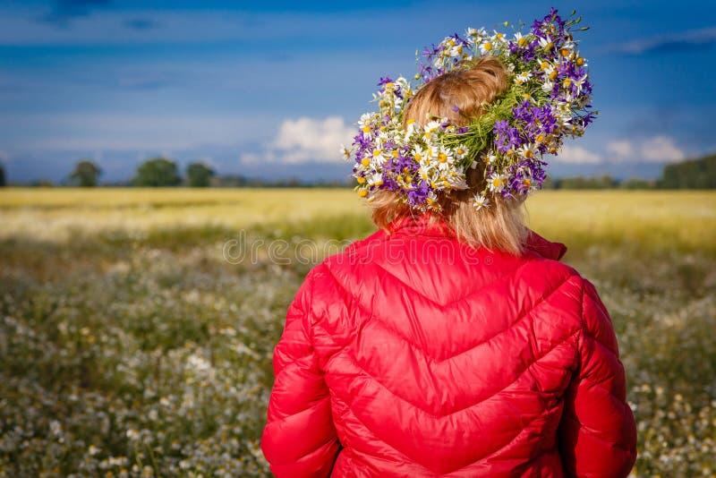 Bloemenkroon in hoofd op vage plattelandsachtergrond stock afbeelding