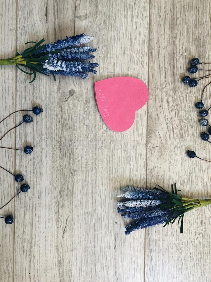 Bloemenlavendel met mooi hart royalty-vrije stock foto's