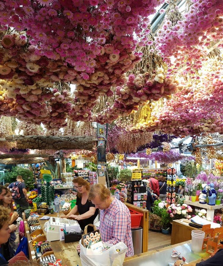 Bloemenmarkt met bloemwinkels en klanten royalty-vrije stock afbeelding
