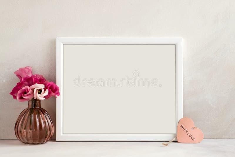 Bloemenmodel gestileerde voorraadfotografie met wit kader royalty-vrije stock foto's
