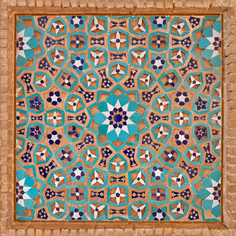 Bloemenmotief in Islamitisch Iraans die Patroon van Tegels en Bakstenen wordt gemaakt stock afbeeldingen