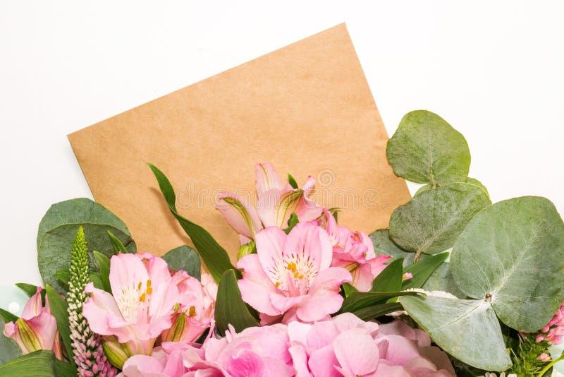 Bloemenprototype en lege ruimte voor tekst Boeket van roze bloemen Vlak leg royalty-vrije stock foto