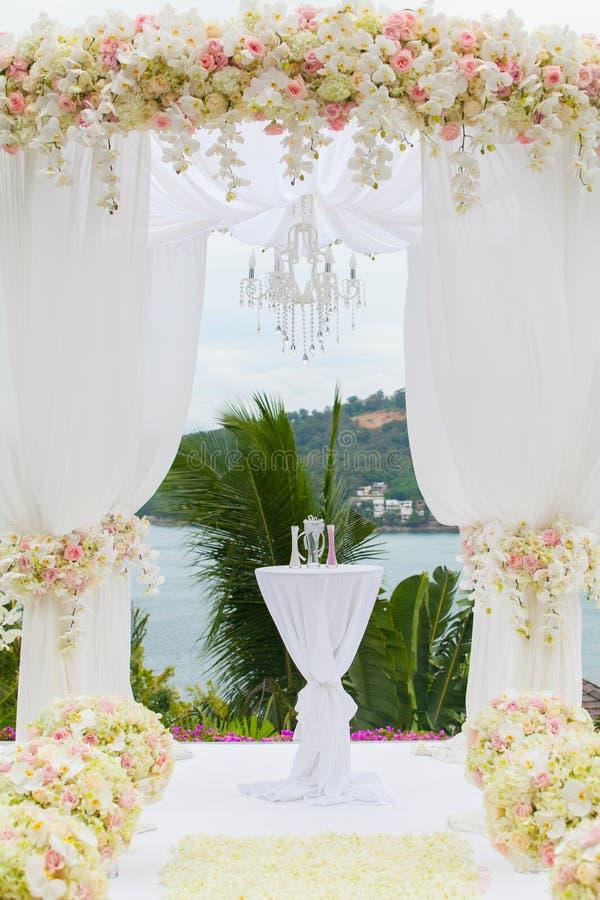 Bloemenregeling bij een huwelijksceremonie stock foto