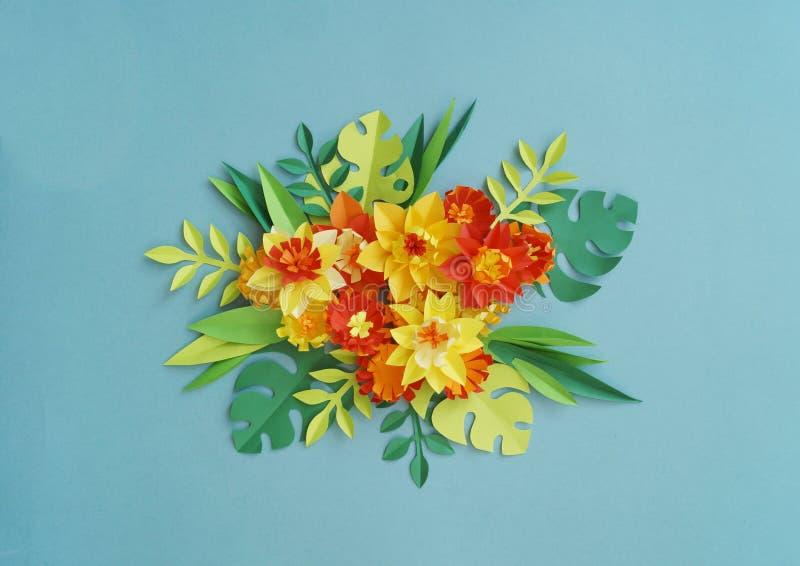 Bloemenregeling van document bloemen op een blauwe achtergrond Tropische bloemen en bladeren Rood, geel, groen, oranje en blauw royalty-vrije stock foto
