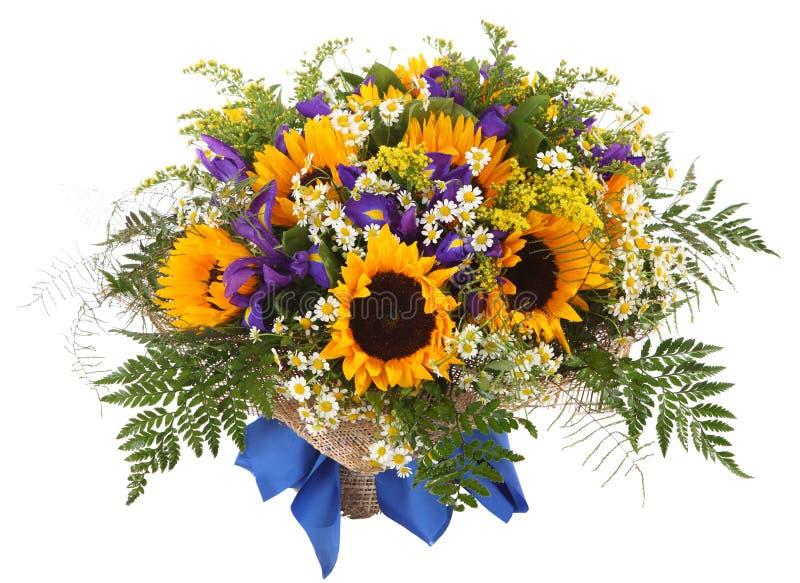 Bloemenregeling van zonnebloemen, madeliefjes, varens en goldenrod. Bloemsamenstelling stock afbeeldingen