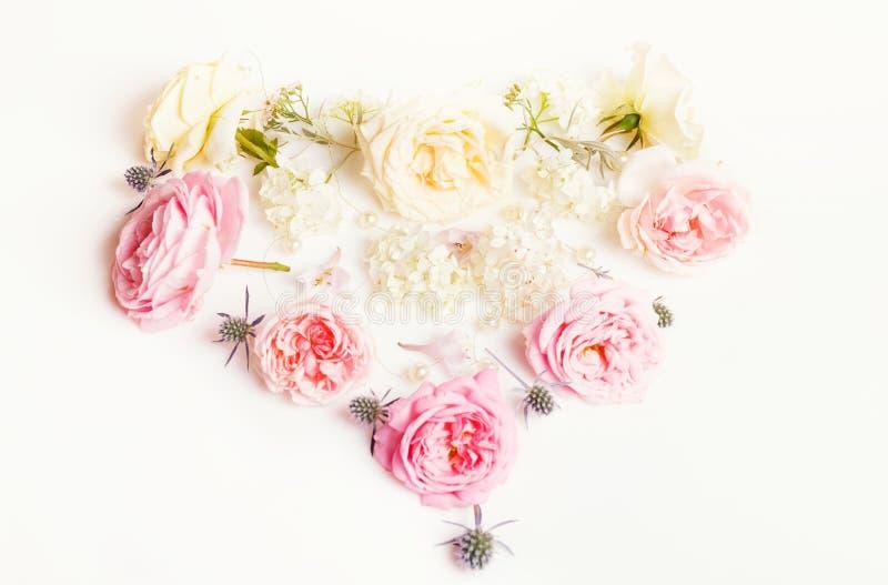Bloemensamenstelling Kader van Engelse roze bloemen in de vorm van een hart op witte achtergrond wordt gemaakt die Vlak leg, hoog royalty-vrije stock foto