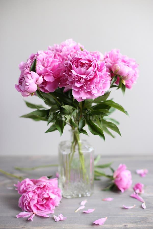 Bloemensamenstelling Roze pioenbloemen op houten achtergrond De dag van moeders stock fotografie