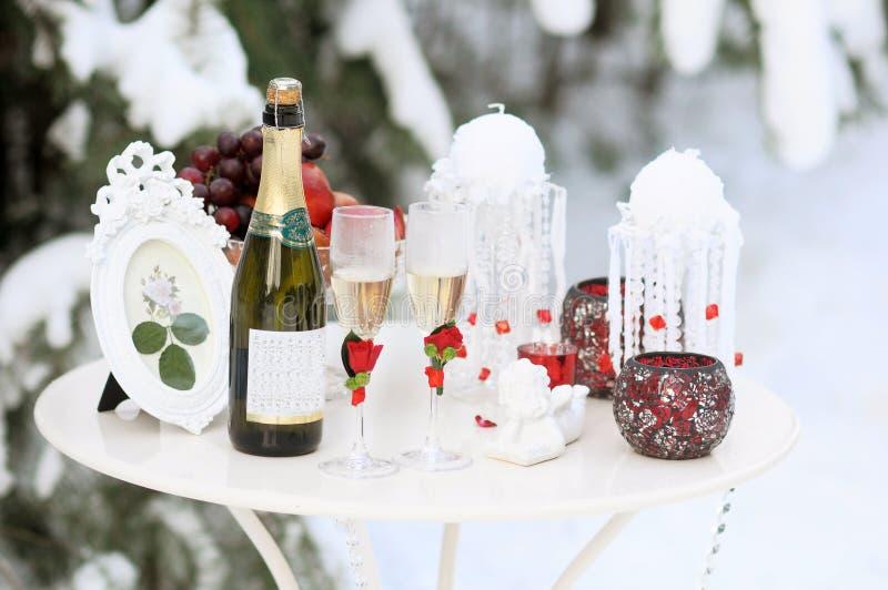 Bloemensamenstelling van rozen, op sneeuwlijst in concept van het het huwelijksdecor van de de winter het boswinter royalty-vrije stock afbeelding