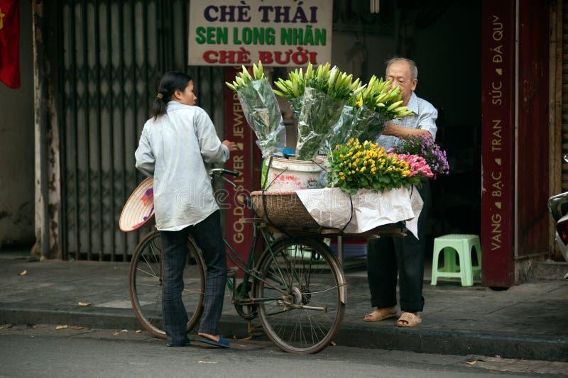 Bloemenstraatventer bij de stad van Hanoi, Vietnam royalty-vrije stock foto's