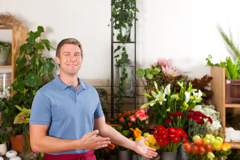 Bloemist in bloemwinkel royalty-vrije stock foto
