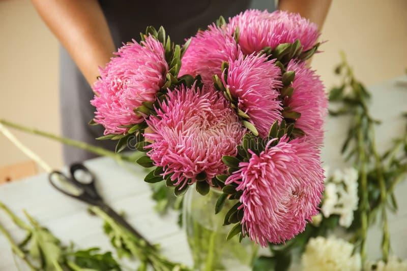 Bloemist die boeket van mooie chrysantenbloemen maken, close-up royalty-vrije stock foto's