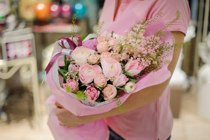 Bloemist een tedere roze bloemsamenstelling houden die bestaand uit r royalty-vrije stock foto's