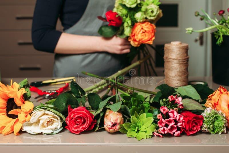Bloemist met boeket van rozen op het werk stock afbeeldingen