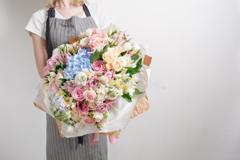 Bloemist op het werk Maak Sereniteits tot hydrangea hortensia rijk boeket Bloemen in hun handen royalty-vrije stock foto
