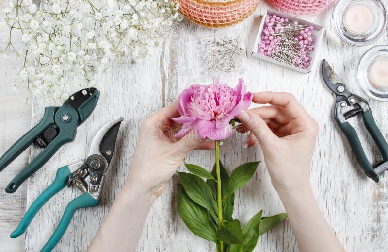 Bloemist op het werk Vrouw die tot de lente maken bloemendecoratie van roze royalty-vrije stock foto