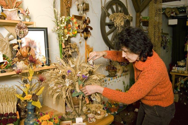 Bloemist tijdens decoratie royalty-vrije stock foto