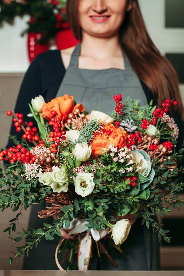 Bloemisthanden die de close-up van boeketbloemen houden royalty-vrije stock afbeeldingen