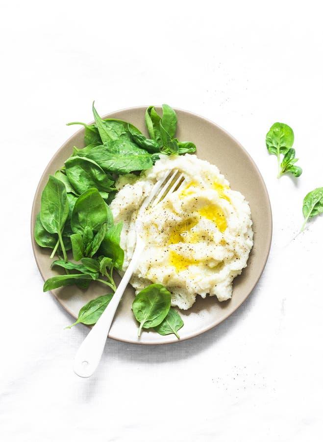 Bloemkool met spinazie wordt fijngestampt die De heerlijke vegetarische lunch of versiert op een lichte achtergrond, hoogste meni stock afbeeldingen