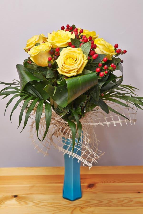 Bloempot met gele rozen stock foto