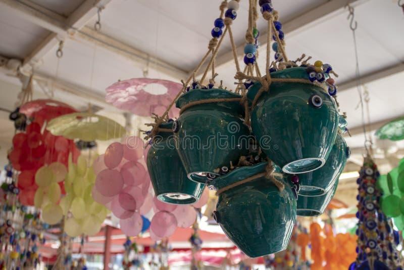 Bloempotten in blauwe kleur Potten in kabel en kwade oogparels Vage achtergrond Genomen binnen de opslag stock foto