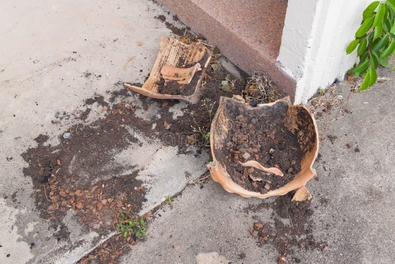 Bloempotten; gebroken bloempot, Oude verlaten Bloempotbreuk stock afbeeldingen