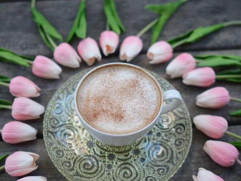 Bloemrijke die Cappuccino op een houten achtergrond wordt genomen royalty-vrije stock fotografie