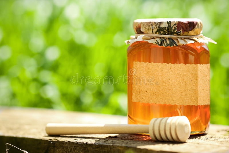 Bloemrijke honing in glaskruik stock foto's