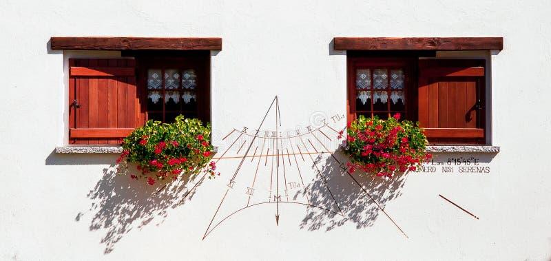 Bloemrijke vensters stock afbeelding