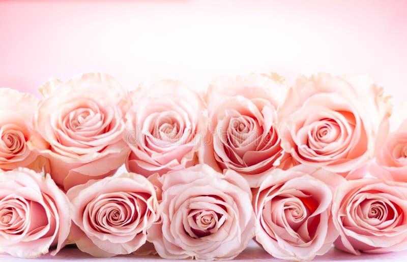 Bloemsamenstelling met roze rozen voor vakantie stock foto