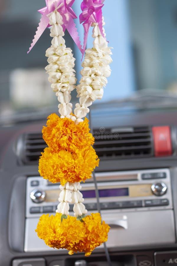Bloemslinger het hangen op achteruitkijkspiegel in auto stock foto