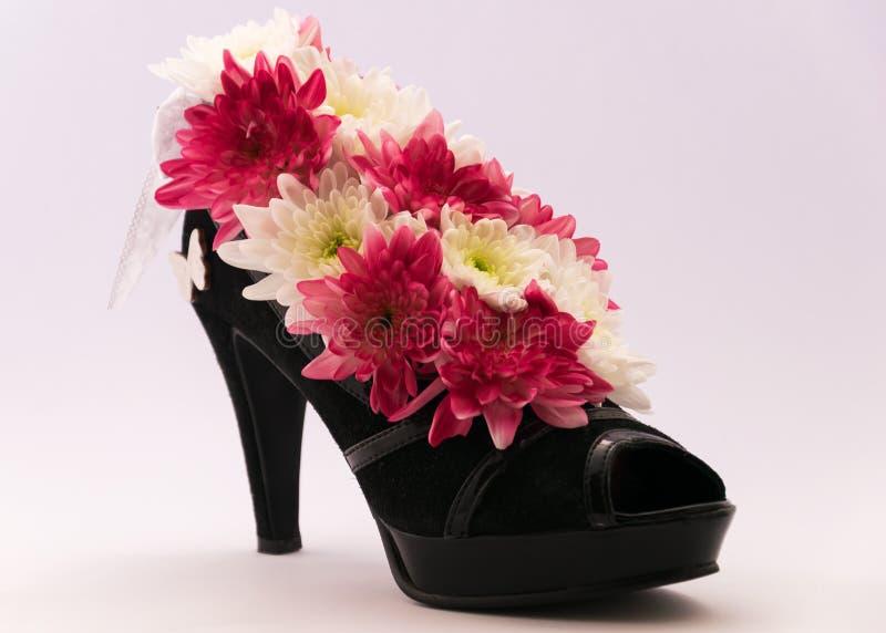 Bloemstuk in de vrouwen` s high-heeled schoenen Ongebruikelijke, unieke en originele dozen voor bloemen royalty-vrije stock foto's
