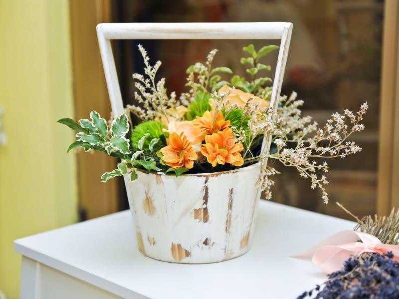 Bloemstuk in witte uitstekende pot Huwelijksdecoratie met gele bloemen royalty-vrije stock afbeelding