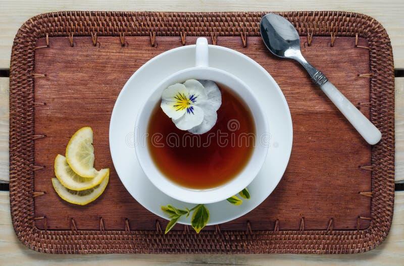 Bloemthee met citroenwiggen royalty-vrije stock afbeelding